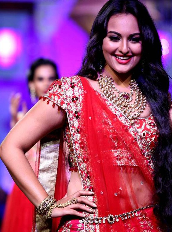 sonakshi-sinha-jyotsna-Tiwari-Aamby-Valley-India-Bridal-Fashion-Week-2012